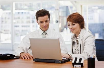man-and-woman-at-work - للنساء فقط .. هل تتجسسن على زميلات أزواجكن في العمل - رجل امرأة مكتب عمل ادارى