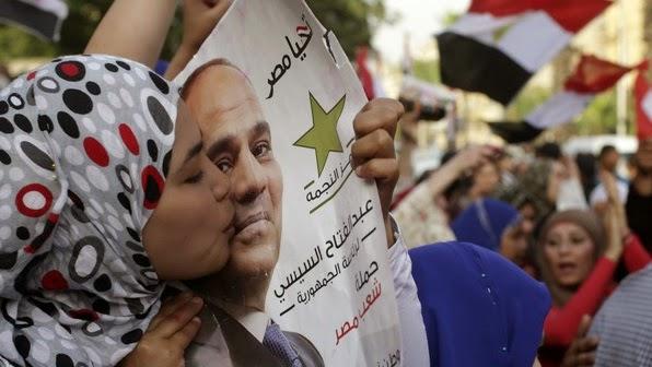 Wanita cium al-Sisi