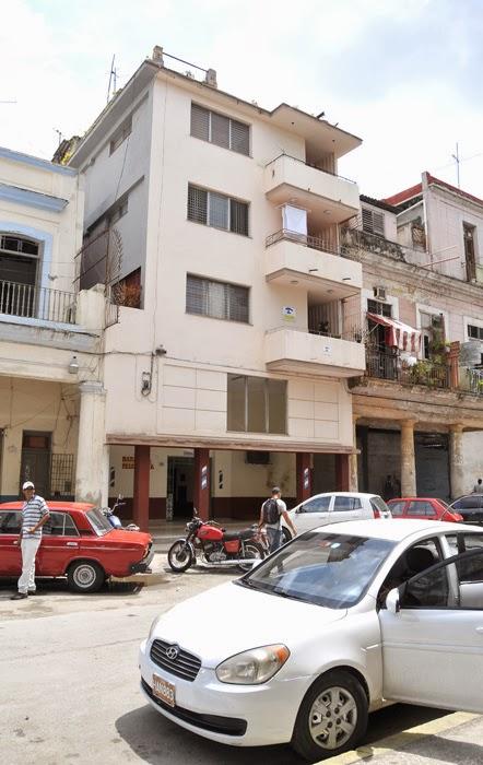 Edificio de apartamentos en la calle Refugio en la Habana Vieja donde está la Casa Maura