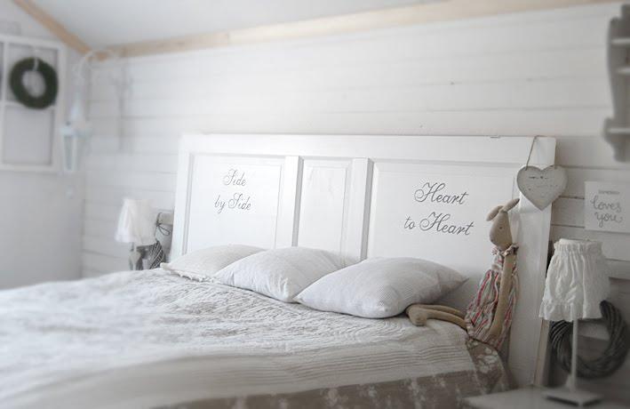 Ljusa rum i dalarna Spegeldörr som sänggavel