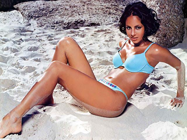 Collien Fernandes sexy in blue bikini