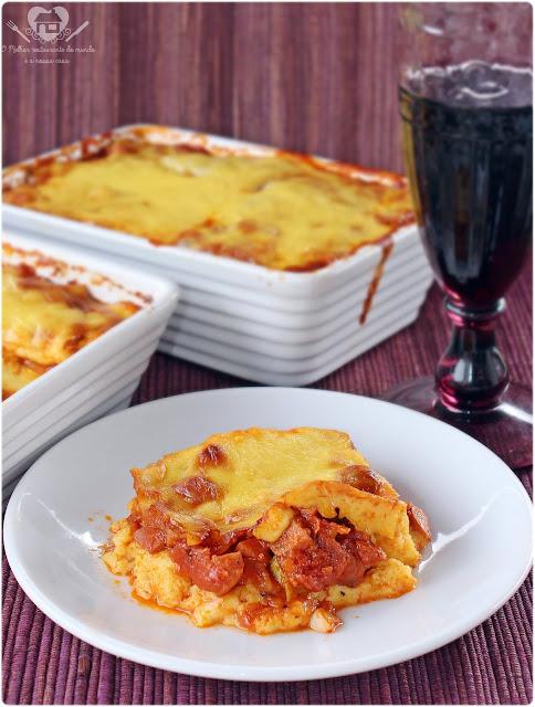 Receita prática de polenta cremosa  ao molho de linguiça e salsicha