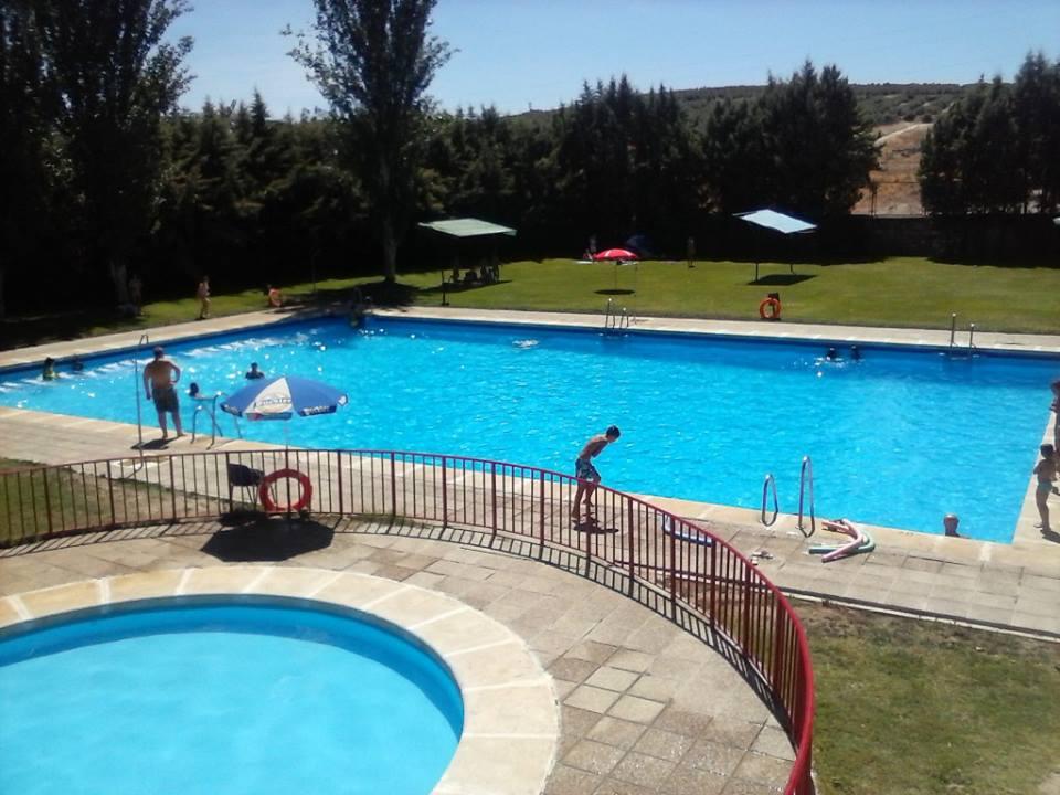 Ibros el kiosco rojo ponche gratis en piscina municipal for Piscina gratuita