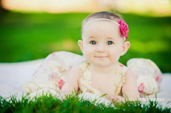 Photo bébé mignon fille au yeux bleu