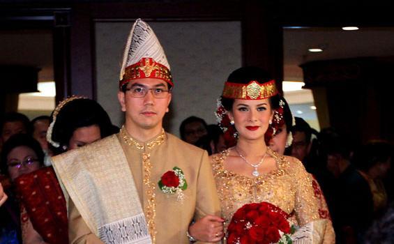 Astrid tiar akhirnya resmi menikah dengan gerhard reinaldi prosesi