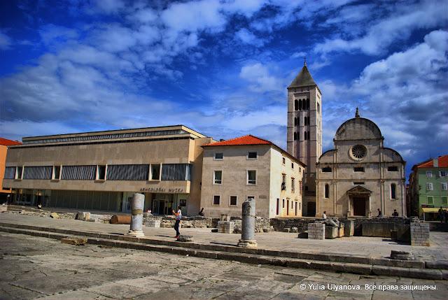 Слева археологический музей Задара, справа - церковь Св. Марии
