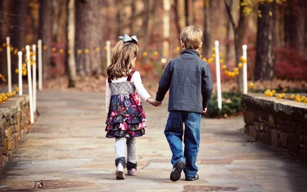 Pictures of couples are walking hand in hand in the park