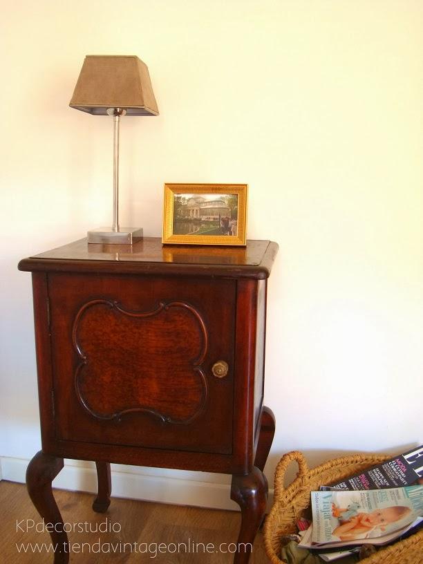 Mesita de luz de madera antigua para decoración estilo vintage