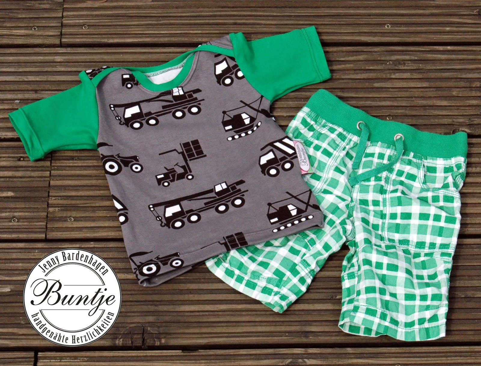 Shirt T-Shirt Baby Junge Geschenk Geburt Taufe Geburtstag Farbenmix Zwergenverpackung grün weiß grau Fahrzeuge LKW amerikanischer Ausschnitt handmade nähen Buntje Werder Bremen Windelliga