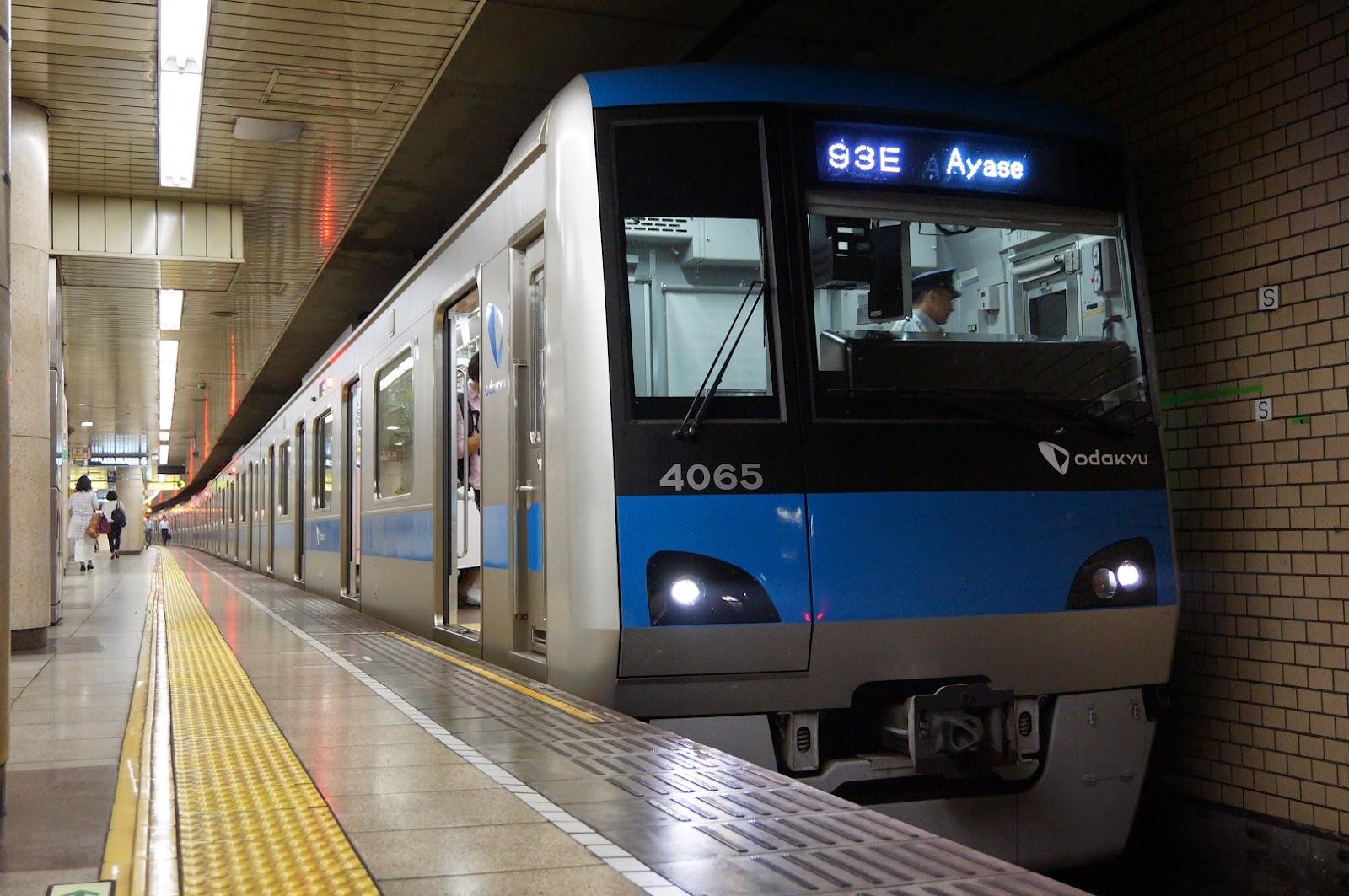 東京メトロ千代田線を走る小田急4000形