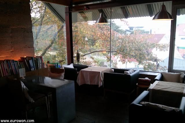 Decoración acogedora del restaurante Namoo 906