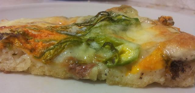 fetta di pizza ai fiori di zucca e alici