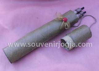 undangan pernikahan gulung packing daun