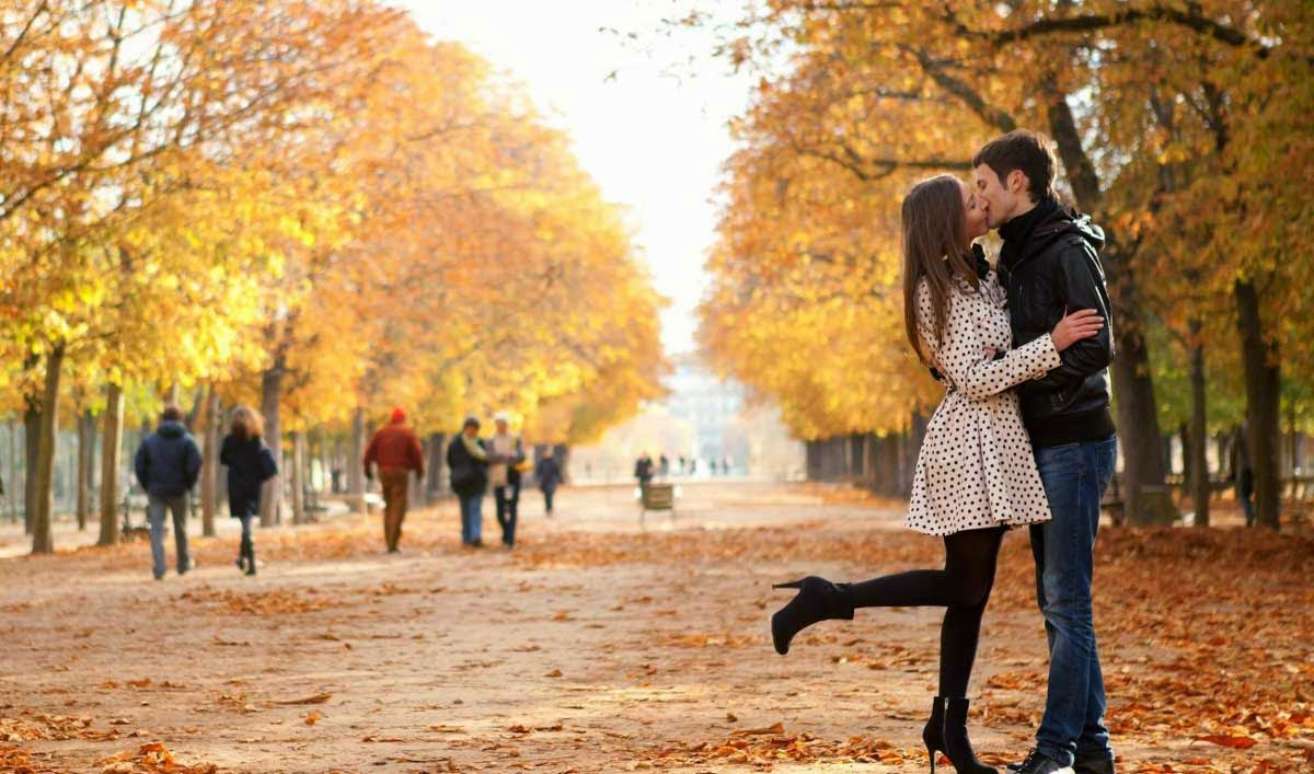 Love Couple Kiss in Autumn Wallpaper