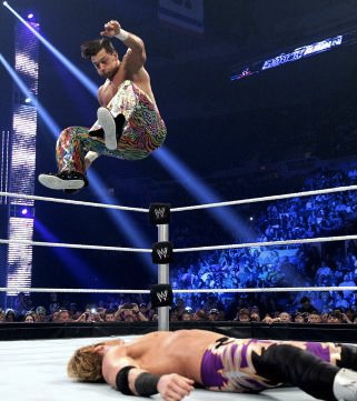 Resultados de WAW Supershow, rumbo a Unstoppable, 08/09/13 desde Chicaco, Illinois. Diving+Leg+Drop+on+Zack+Ryder