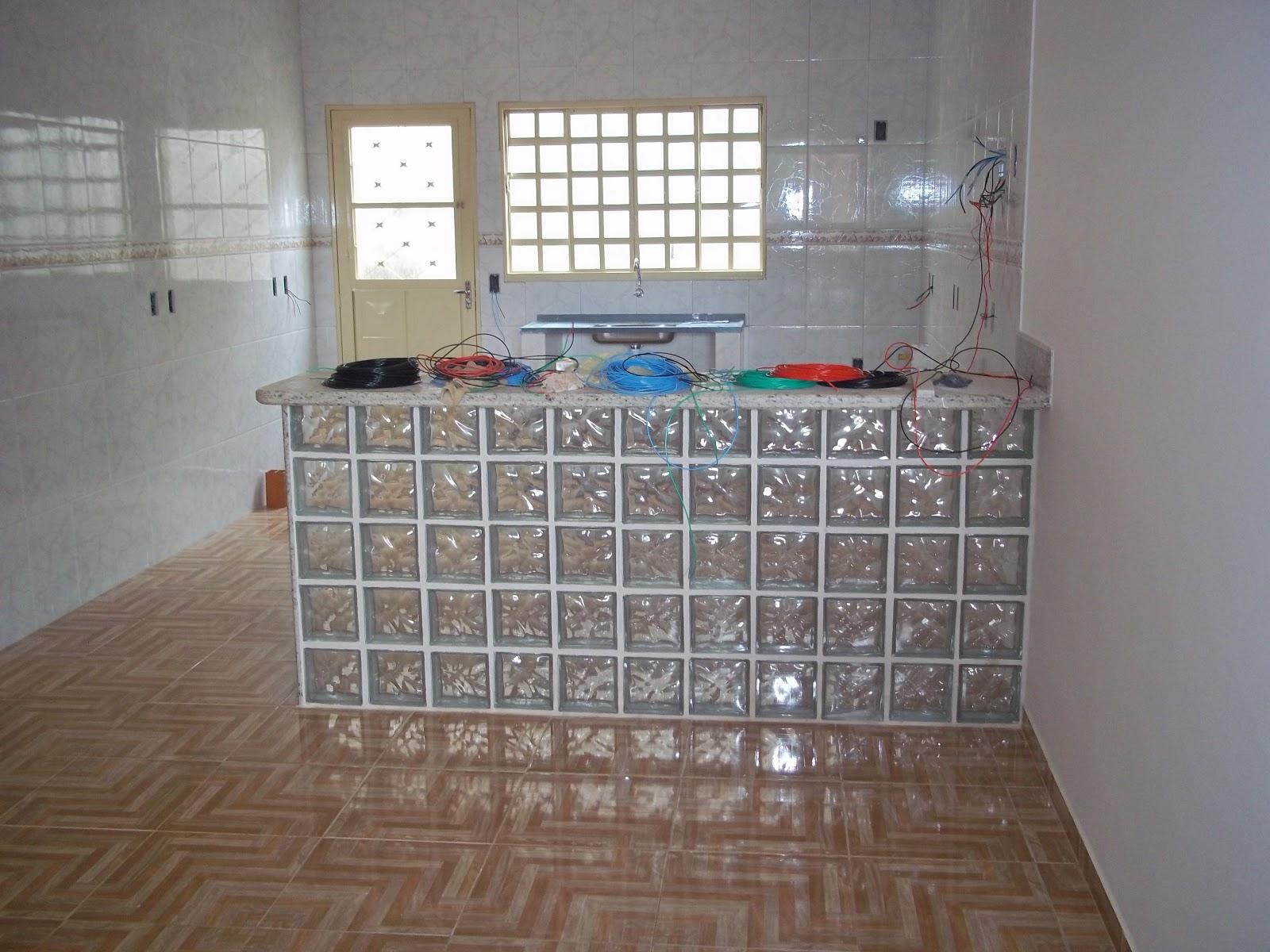 casa tem paredes d cores forte bancada com tijolos de vidro banheiros  #366B7B 1600x1200 Banheiro Com Tijolo De Vidro No Box