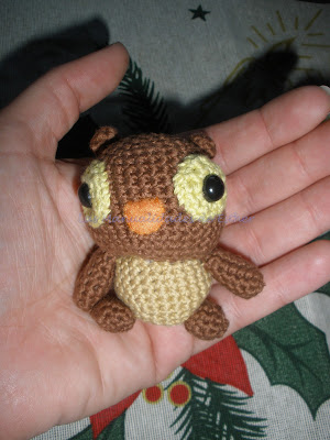 Un pequeño buho hecho a crochet con DMC Natura marrón