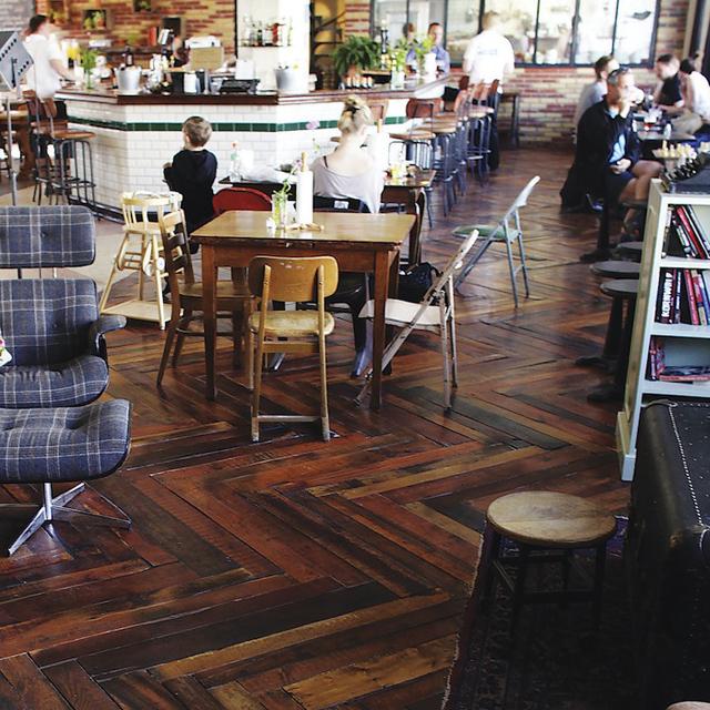 Paletes de madeira são usados como pisos para residências e comércio