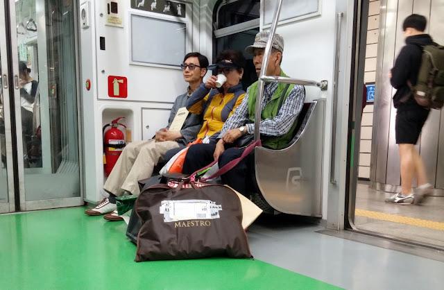 Anciano coreano trabajando como mensajero en el metro de Seúl
