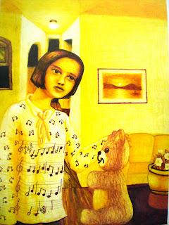 Desenho todo pintado de amarelo, mostra uma menina dentro de uma casa, tocando um ursinho de pelúcia; na blusa dela, de manga  comprida, estampa de uma partitura musical, com o trecho de uma melodia.