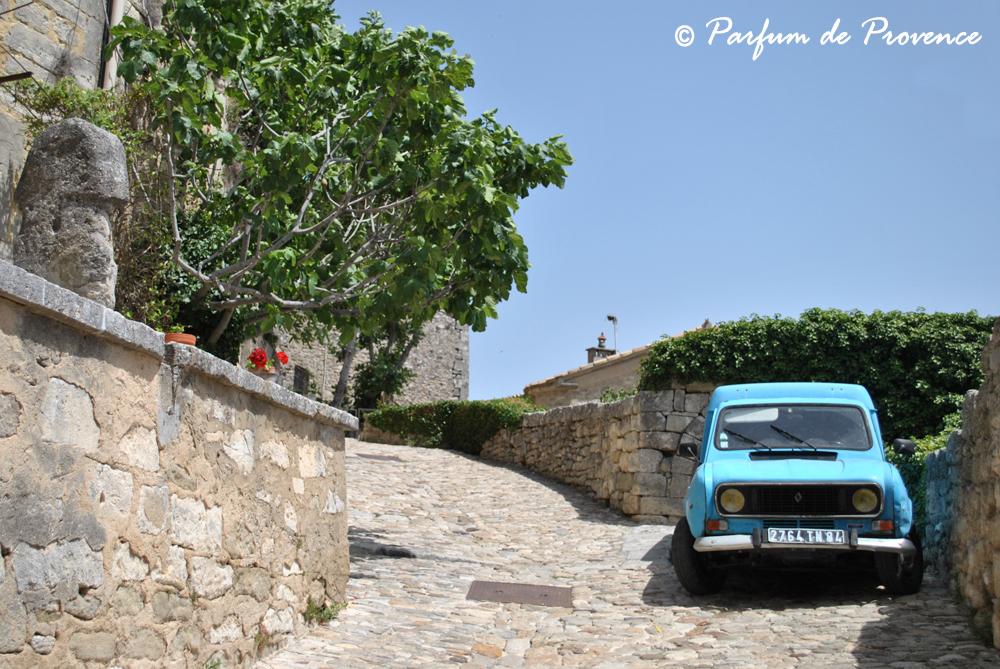 Pareti Colorate Di Azzurro : ... pareti di pietra e dalle imposte ...