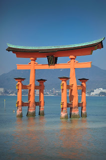 красные японские ворота в храм