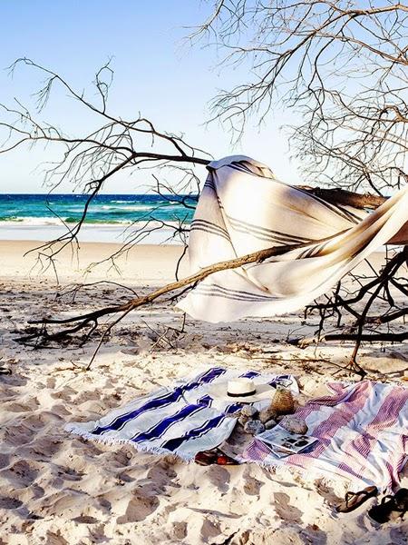 Zawieszona tkanina na drzewie na plaży
