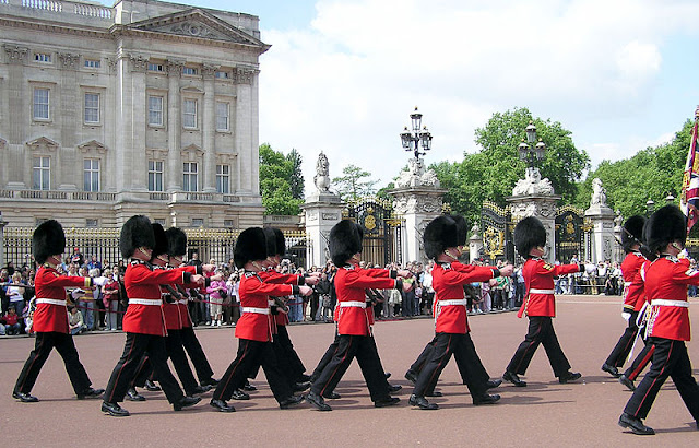 Changing of the guard in Buckingham Palace - London 2012, UK | Travel London Guide