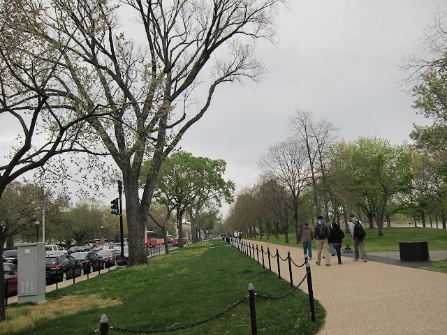 這麼寬敞的人行道,逛起來真的很舒服!
