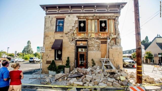 rumah rumah rusak akibat gempa di california utara
