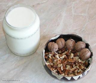 iaurt de casa si miez de nuca, iaurt de casa, miez de nuca, retete cu iaurt, retete cu miez de nuca, retete cu nuci, retete culinare, preparate din iaurt, preparate din nuci, ingrediente pentru iaurt cu miere si nuci, retete deserturi,