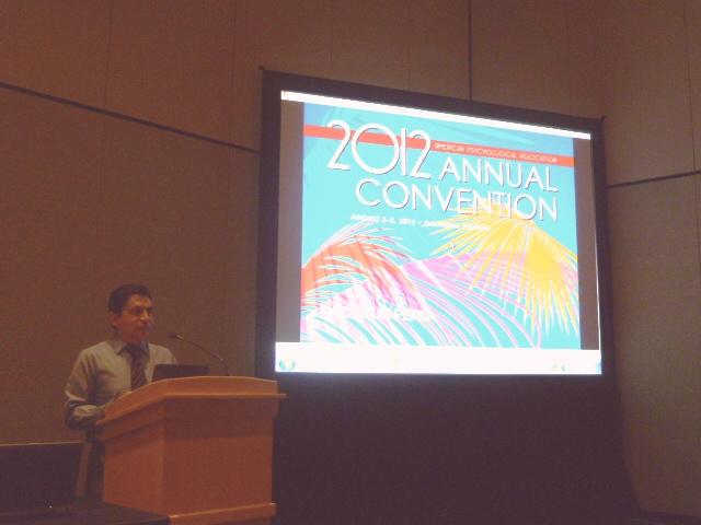 Psicólogo Peruano exponiendo en la American Psychological Association en Estados Unidos de América, 2 de agosto del 2012