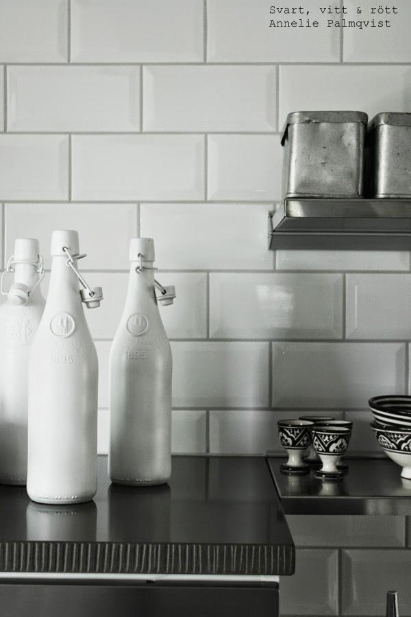sten, stenskiva på skåp, räfflad skiva, vita flaskor, dekoration, rostfria hyllor, rif äggkoppar, svartvitt porslin, svartvita skålar från rif, vitt kakel, kök 2014, industristil