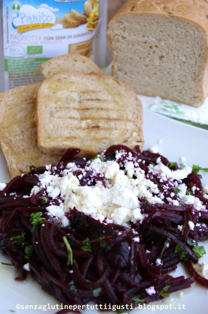 insalata di barbabietole e feta di jamie oliver con panito ai semi di girasole