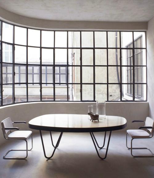 Im Esszimmer Steht Ein Runder Tisch Mit Geschwungenen Metallbeinen