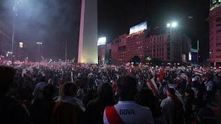 Los hinchas de River festejan la Libertadores en el obelisco