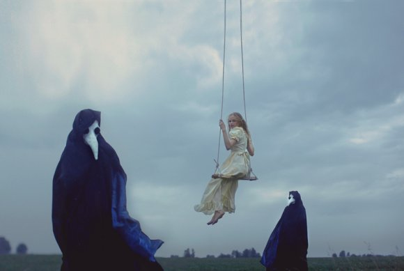 katerina plotnikova fotografia surreal mulheres natureza país das maravilhas Brincadeira de balanço