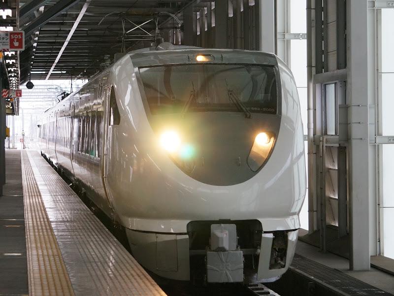 福井駅に到着する683系特急しらさぎ
