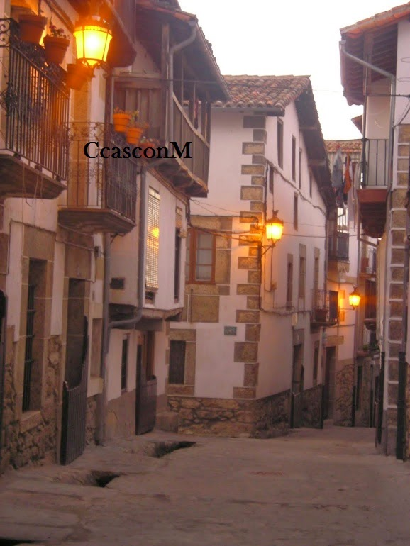calles de Candelario al anochecer