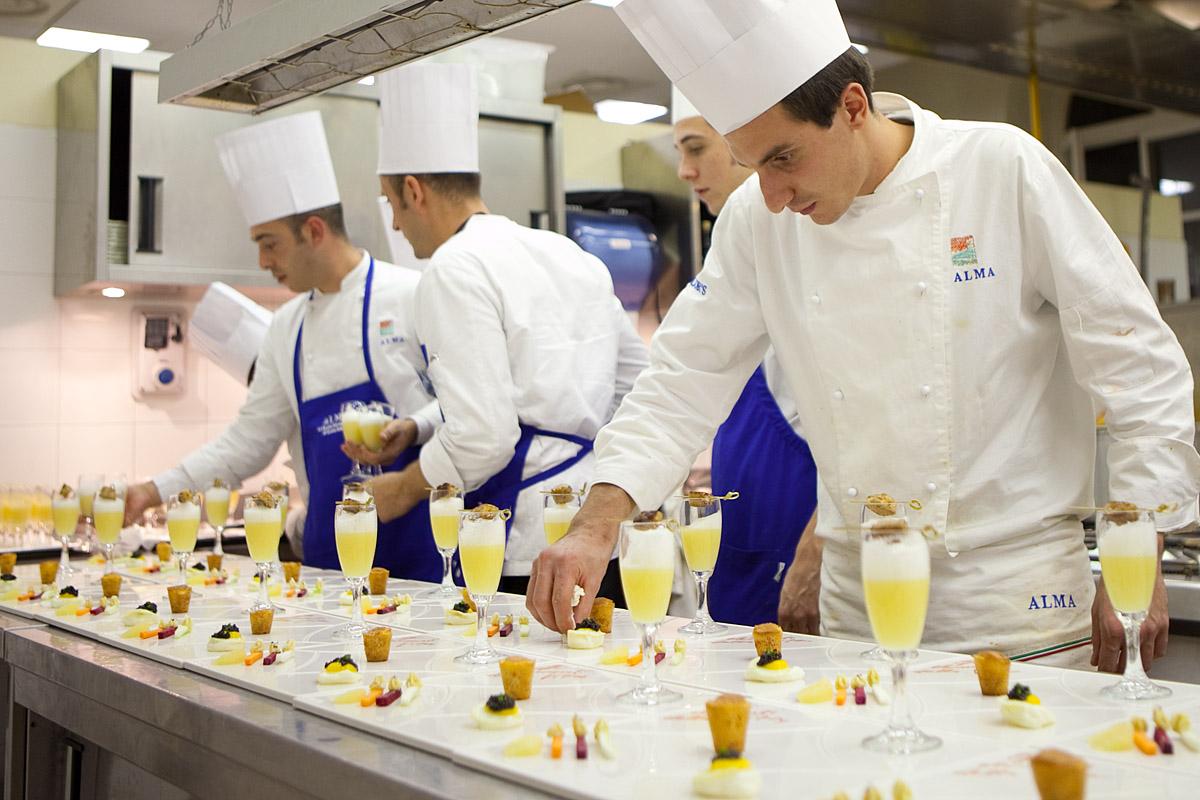 Sorelle in pentola alma quando una scuola insegna - Corsi di cucina parma ...