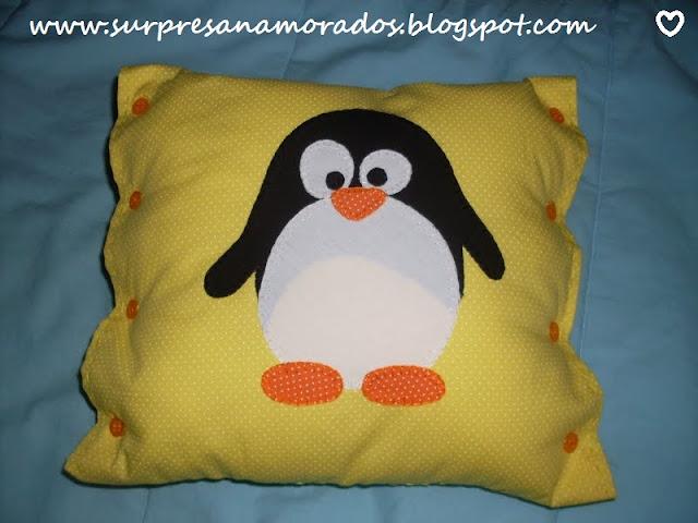 almofada de pinguim bordada