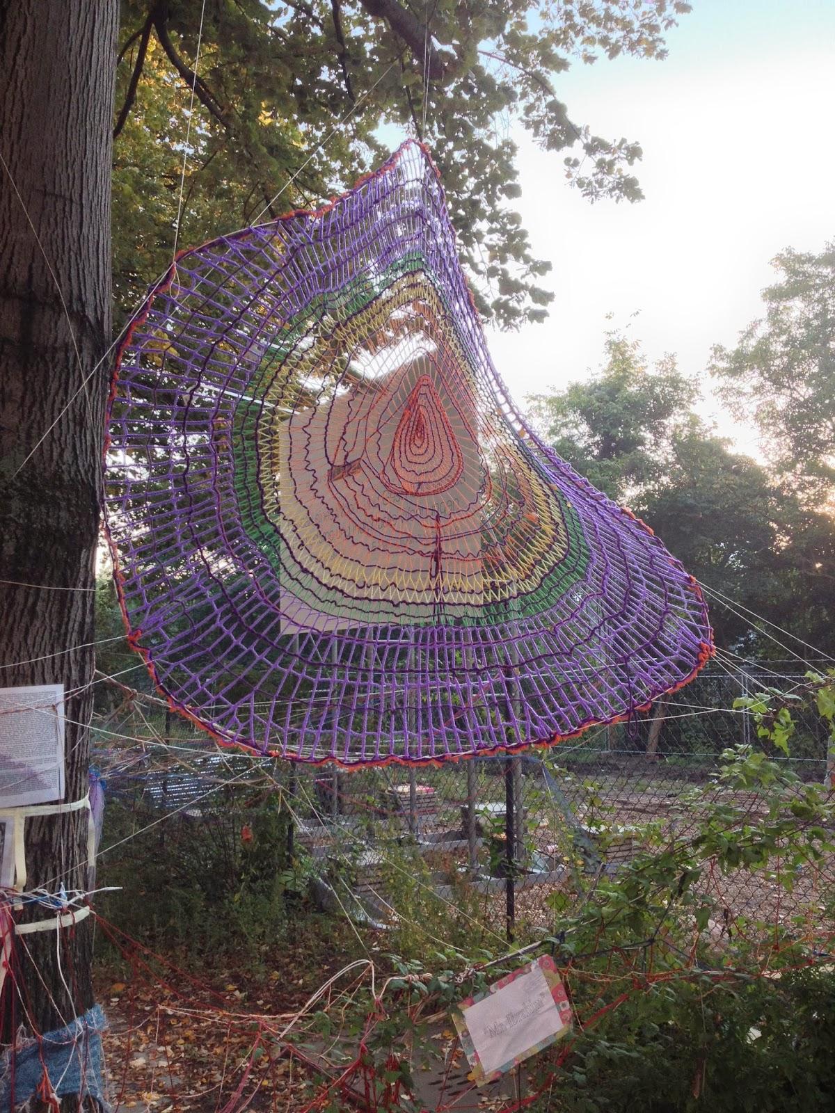 Spinnennetz aus Strickwolle