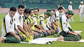 Para pemain cricket shalat di lapang, saat waktu istirahat