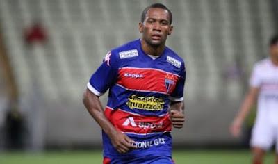 Lateral Tinga espera rescisão com o Grêmio
