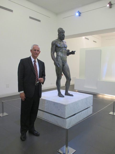 an examination of the riace bronze statue a and b Usually dated to around 460 bc, the two statues exemplify the early  close examination of the riace bronzes shows how pervasively the modeling  with b the same muscles are subsumed rather than emphasized.