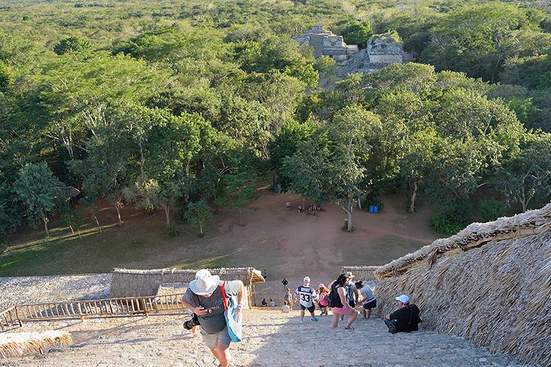Montée des marches de la pyramide à Ek' Balam