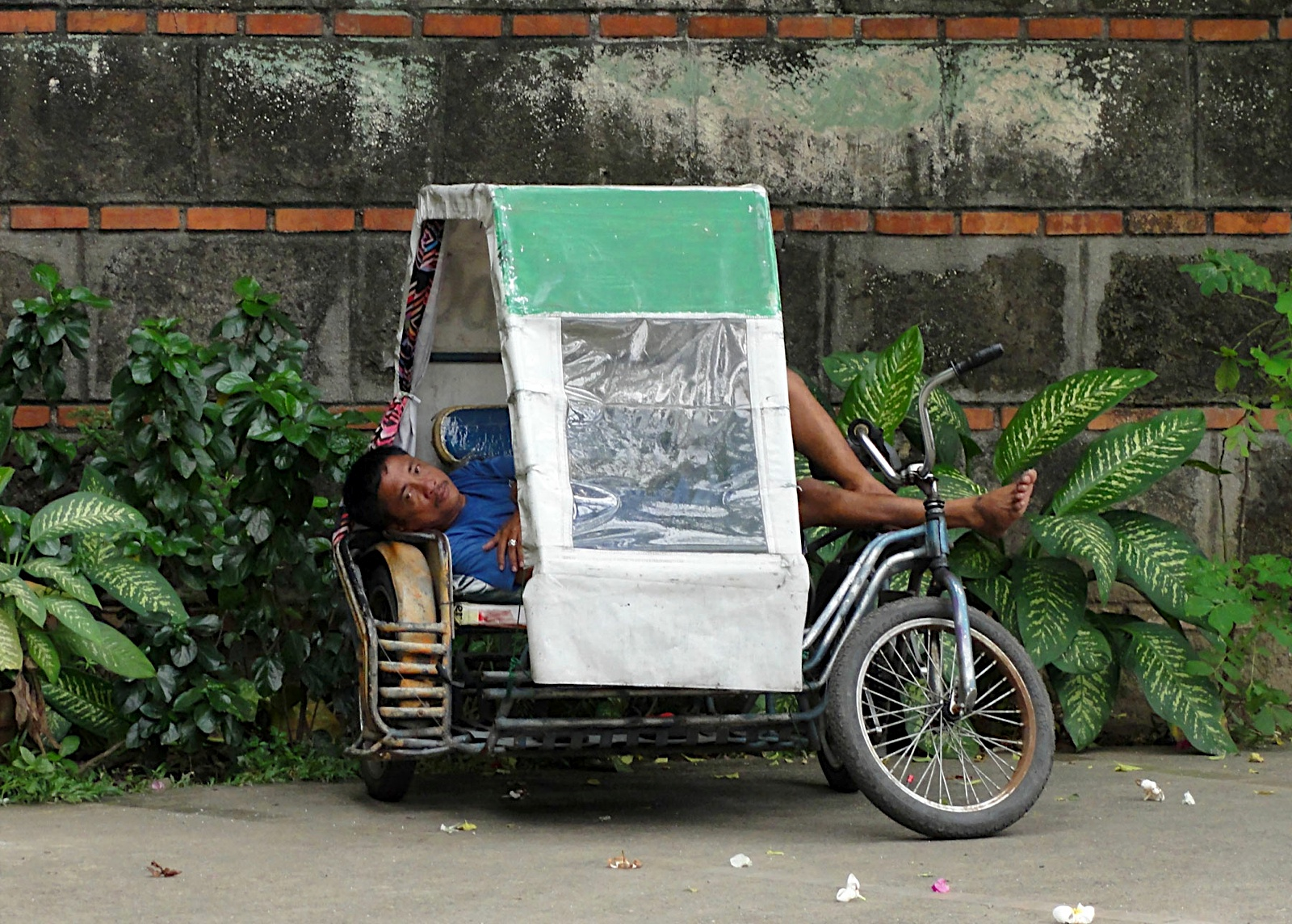 They are the rickshaws of the Philippines. Basically itu0027s a motorcycle with a sidecar. Under its low profile metal roof there are 2 benches that can sit ... & 7100 Islands-The Philippines: 7100 Islands - The Philippines memphite.com