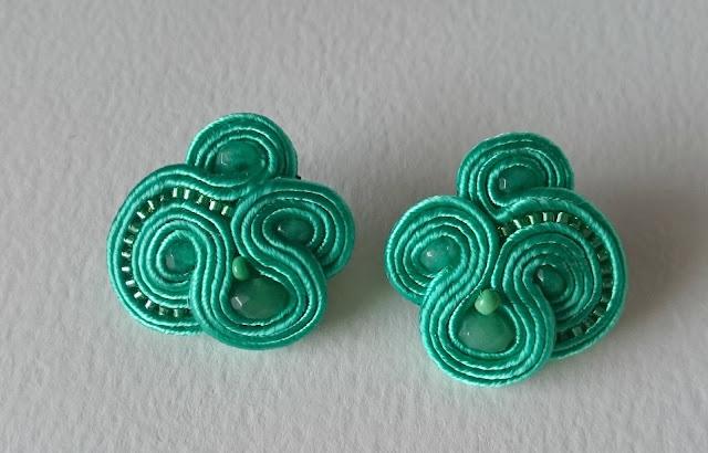 Pendientes verdes pequeños