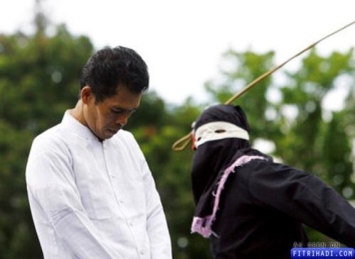 lelaki indonesia dirotan kerana berjudi