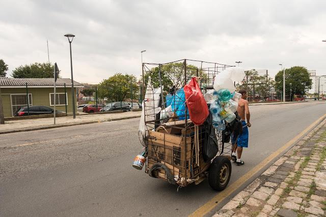 O catador de papel e o seu carrinho